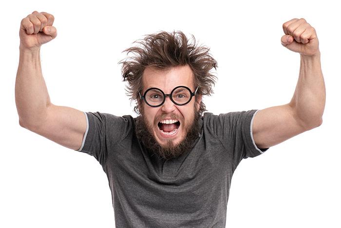 Männer mit schlimmer Frisur freut sich, dass Friseure wieder öffnen