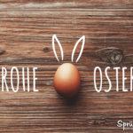Ostergrüße - Frohe Ostern mit Ei auf Holzbrett geschrieben