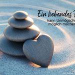 Steine gestapelt im Sand - Liebe Sprüche - Ein liebendes Herz
